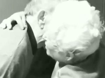 Una pareja de ancianos se reencuentra por sorpresa después de que la mujer salga del hospital sin avisar