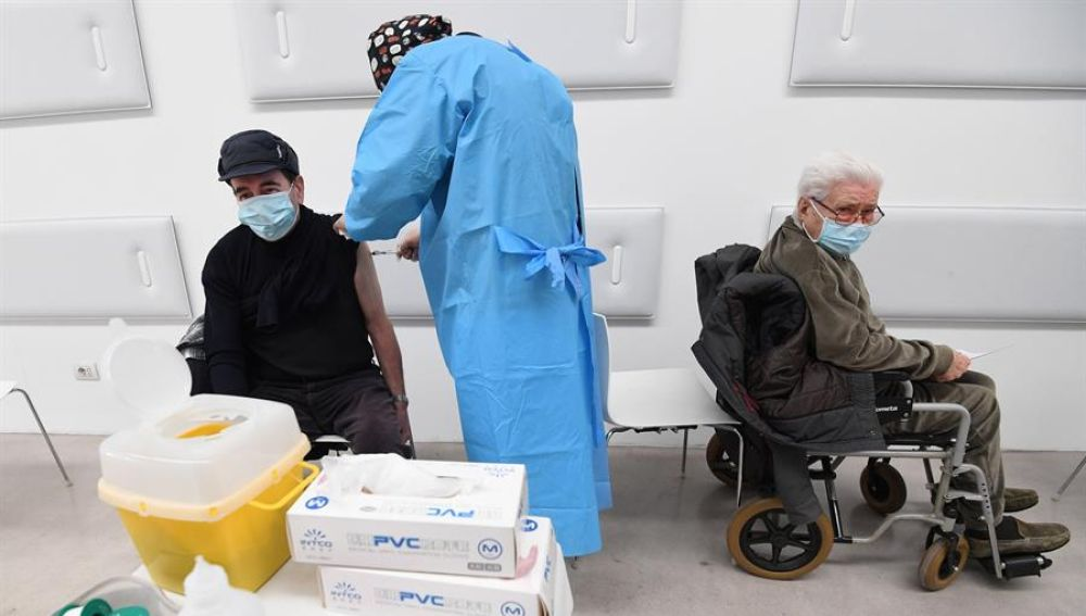 100.000 personas de entre 60 y 65 años piden cita a través de una web para vacunarse con Astrazeneca en Cataluña