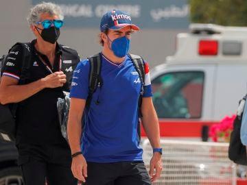 Fernando Alonso, a su llegada al trazado de Sakhir