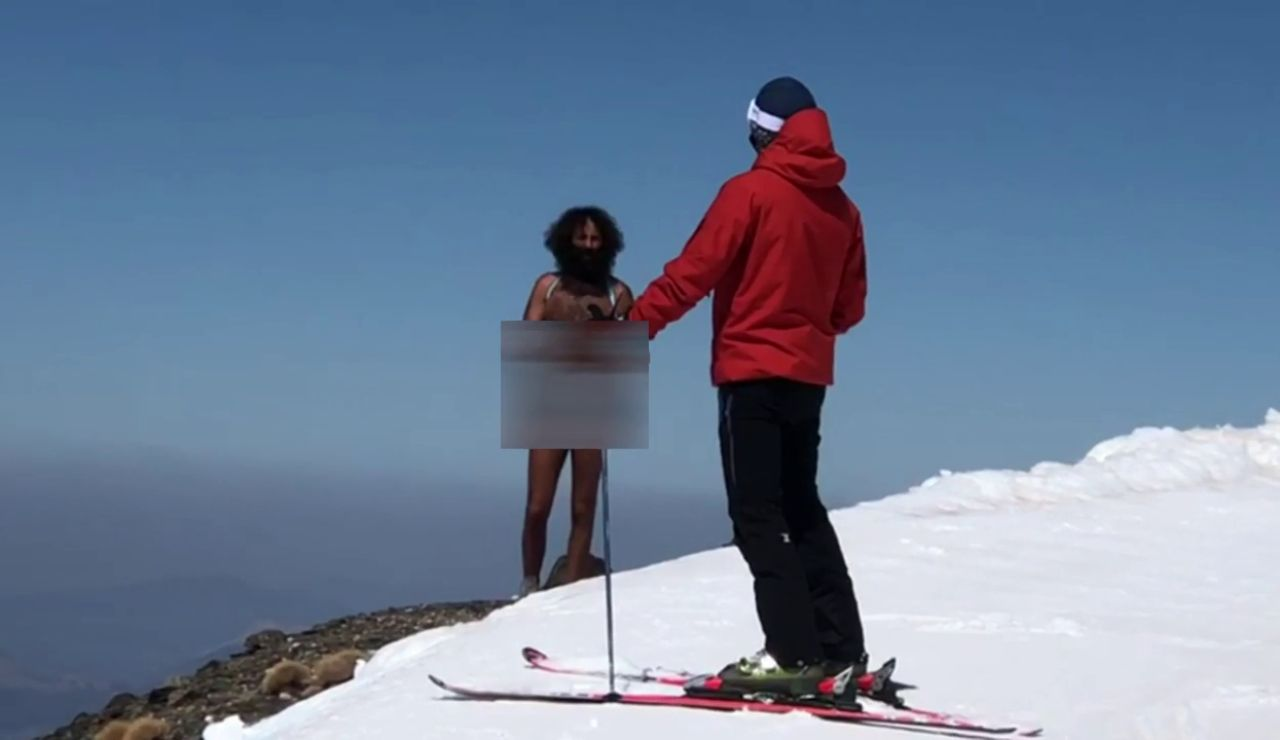Olmo García, el hombre desnudo de Granada, se pasea desnudo por las pistas de esquí de Sierra Nevada