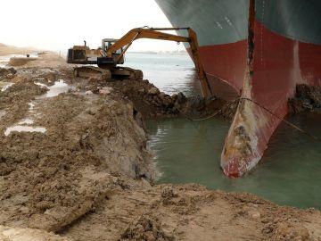 El buque atascado en el Canal de Suez
