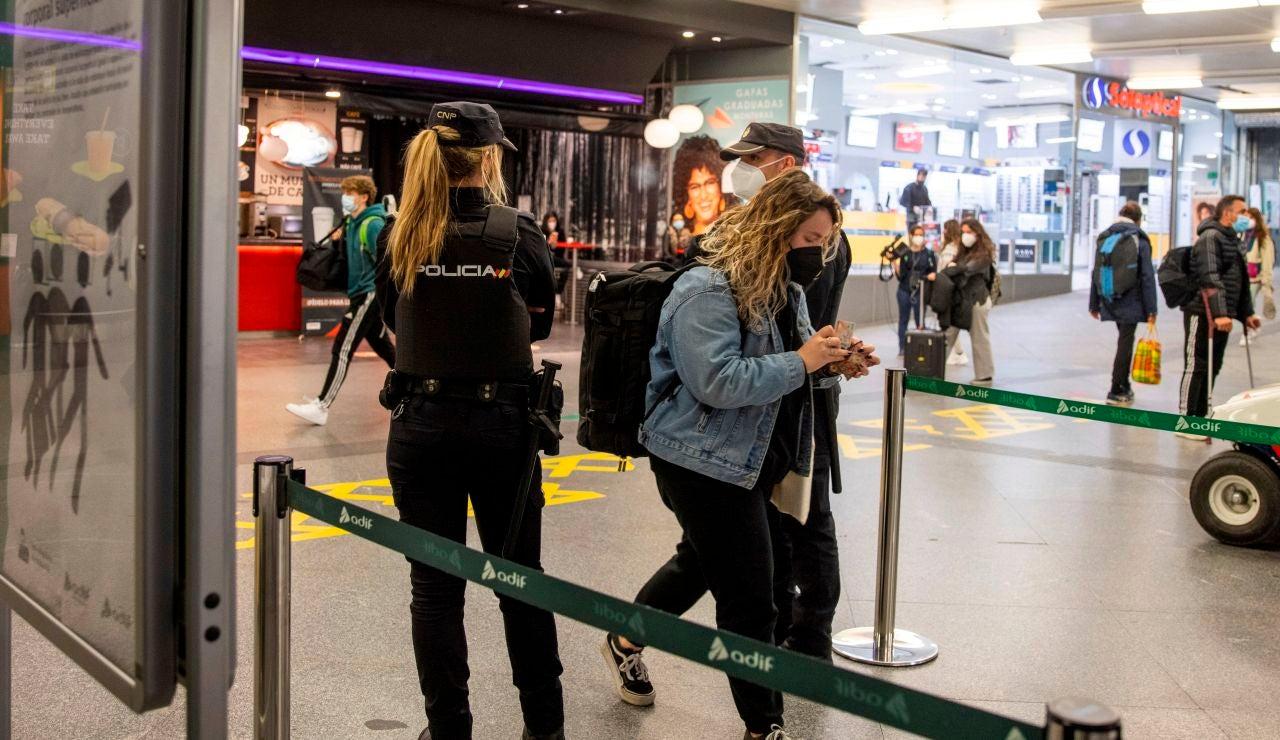 La policía nacional realiza controles a los pasajeros en la estación de Atocha