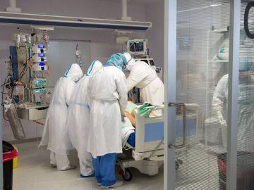 Médicos y enfermeros con un paciente covid