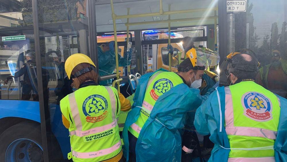 Detienen a un hombre por apuñalar a una mujer en un autobús especial de la EMT de Madrid