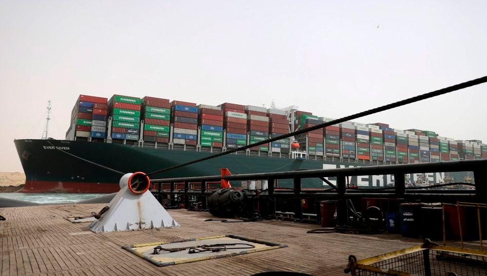 Even Given encallado en el Canal de Suez