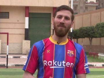 El doble egipcio de Leo Messi que usa su gran parecido para hacer felices a los niños de un orfanato