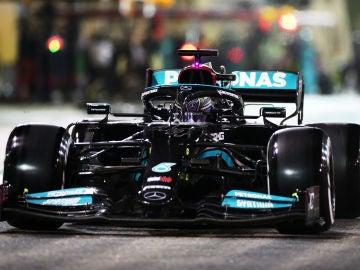 Hamilton se lleva el GP de Baréin tras una gran lucha con Verstappen; Carlos Sainz octavo