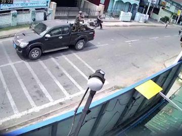 Tres hombres vestidos de militares disparando a la gente