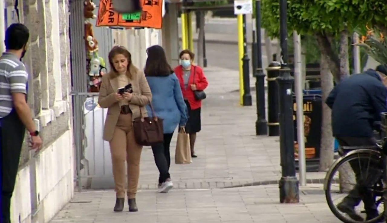 Personas en la calle sin mascarilla en Gibraltar
