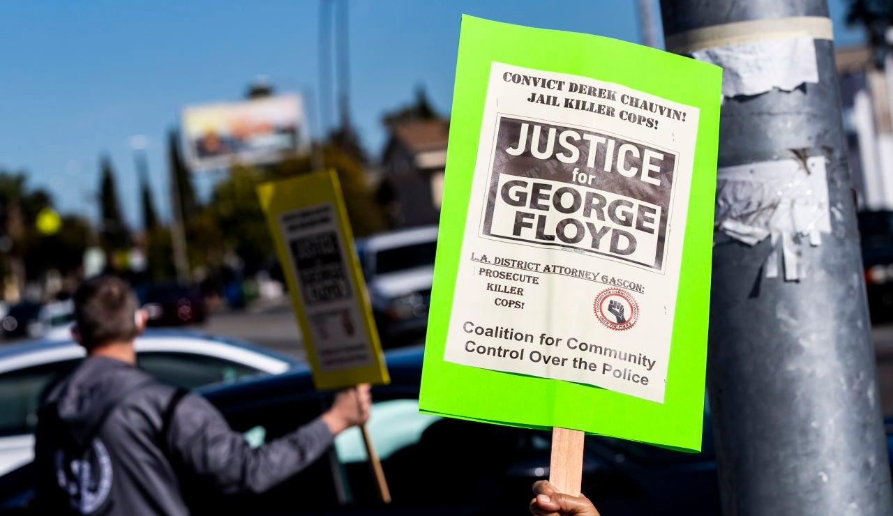 Cartel que pide justicia por el asesinato de George Floyd
