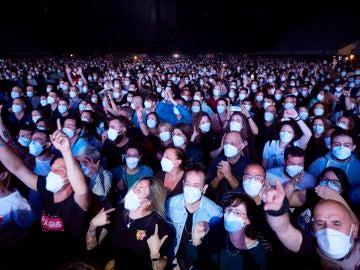 Momento del concierto de Love of Lesbian en el palau Sant Jordi de Barcelona