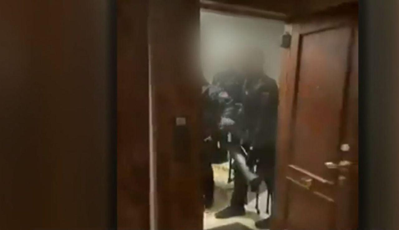 El vídeo de la polémica intervención policial en la que los agentes entraron a la fuerza en una fiesta ilegal