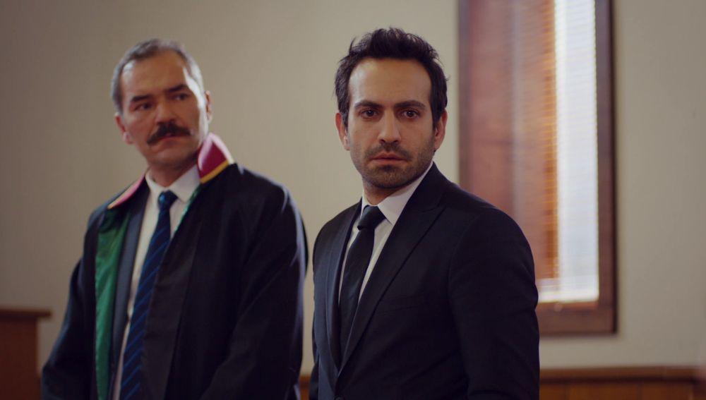Demir, desolado tras saber la decisión de Öykü en el juicio por su custodia