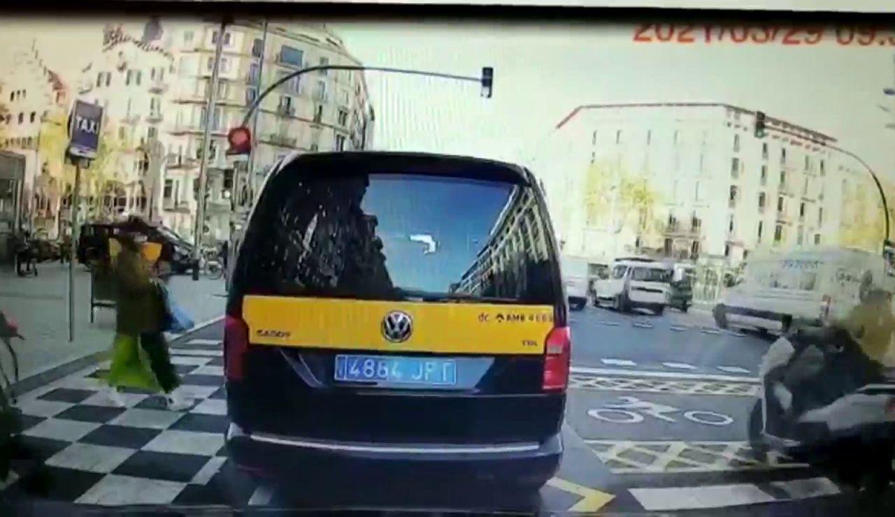 Un patinete eléctrico arrolla a una mujer cuando iba a coger un taxi en Barcelona