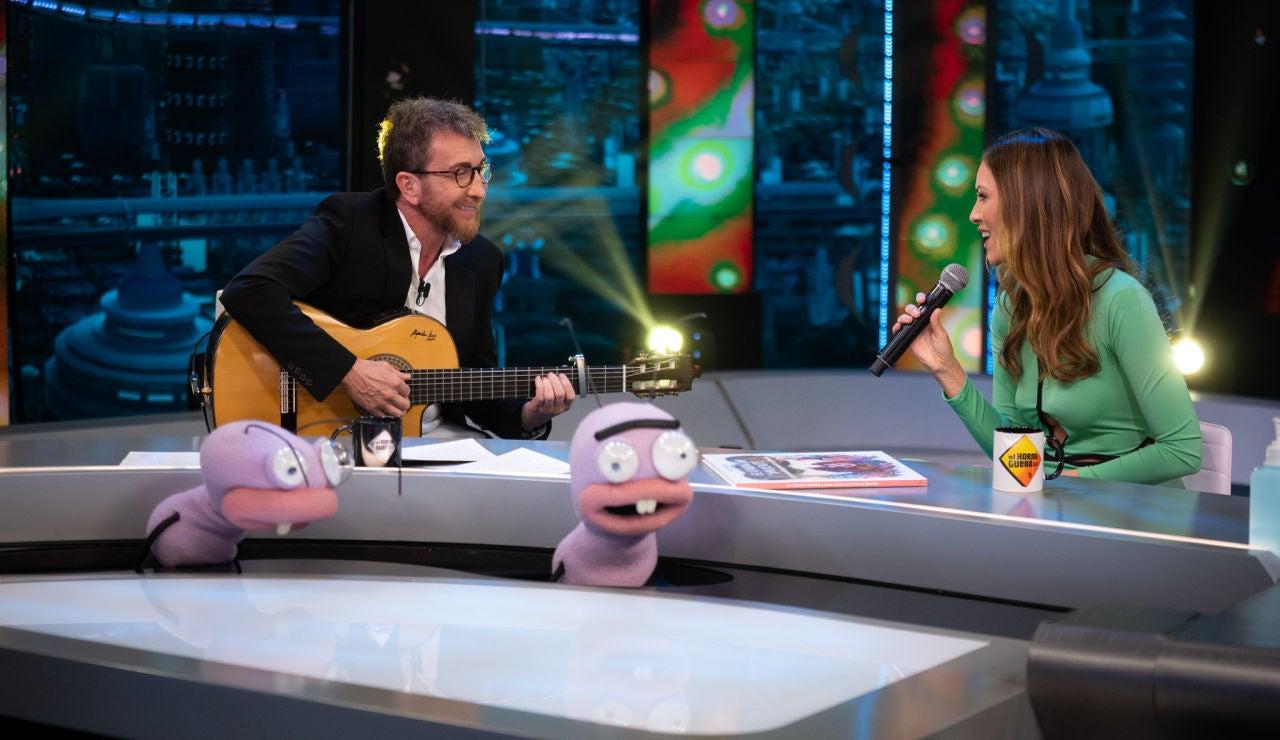 Helen Lindes vence su timidez... ¡y canta en directo un tema de Oasis en 'El Hormiguero 3.0'!
