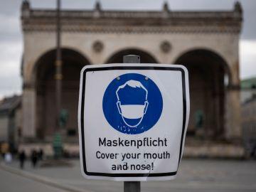 Un cartel recuerda la obligación de llevar mascarilla en Alemania