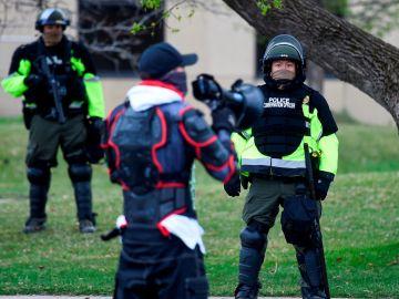 La policía vigila una calle en Mineápolis