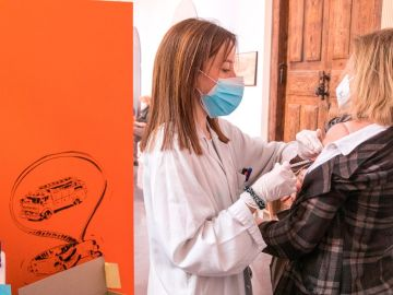 Una mujer se vacuna contra el coronavirus en Zaragoza