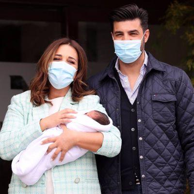 Paula Echevarría y Miguel Torres con su hijo a la salida del hospital