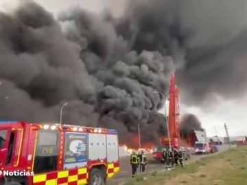 Espectacular incendio en un polígono industrial de Seseña