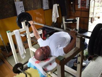 Takeshi Shirakawa, el japonés de 72 años que ha logrado un récord del mundo de press banca: ¡122 kilos!