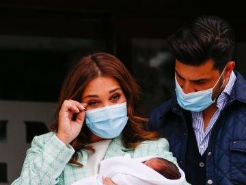 Paula Echevarría y Miguel Torres con su hijo