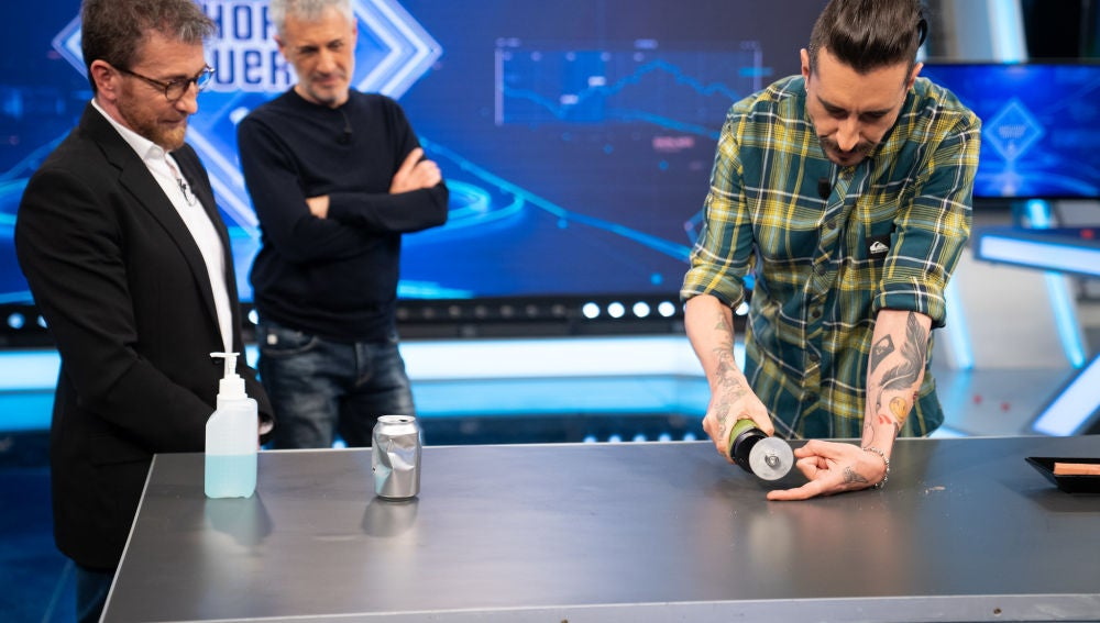 Marron se juega el dedo en 'El Hormiguero 3.0' con una sierra para escayolas