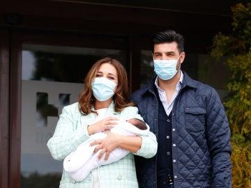Paula Echevarría y Miguel Torres con su hijo recién nacido