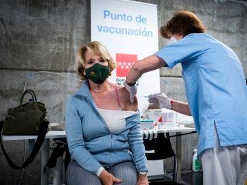 Esperanza Aguirre se pone la vacuna de AstraZeneca en el WiZink Center de Madrid