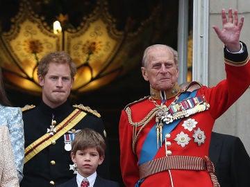 El príncipe Harry junto a su abuelo el duque de Edimburgo