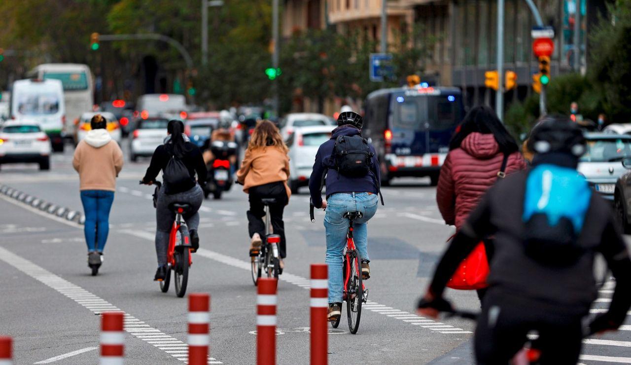 Varios ciclistas circulan por Barcelona este miércoles