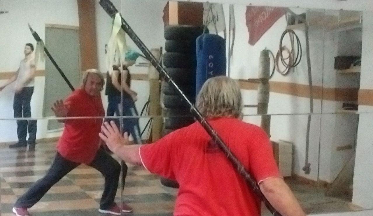 Melena de Plata, el español de 73 años que enseña wing chun kung fu y llegó a conocer a Bruce Lee