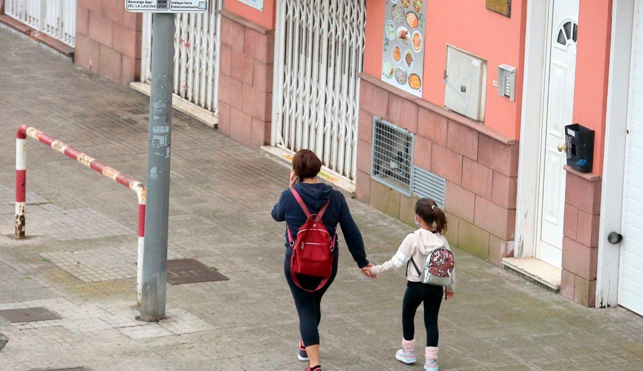 Una madre pasea con su hija por Tenerife