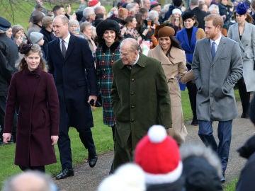 El príncipe Guillermo, Kate Middleton, Meghan Markle y el príncipe Harry junto a su abuelo el duque de Edimburgo