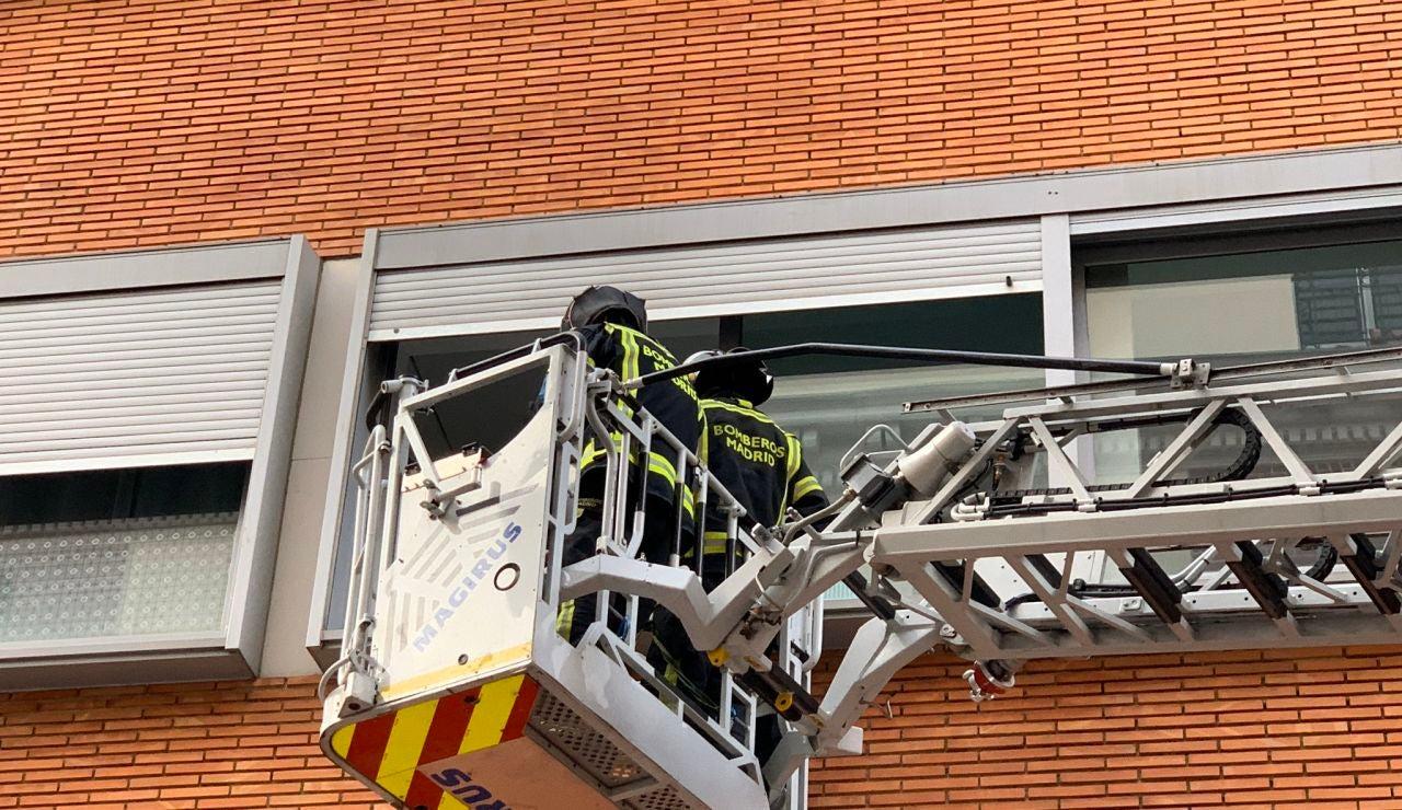Imagen de los bomberos de la Comunidad de Madrid en el incendio en Vallecas