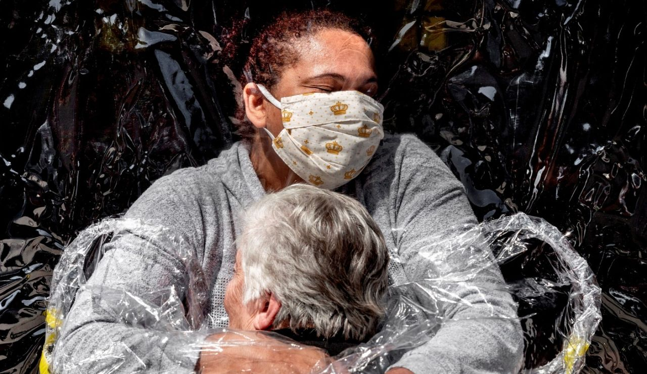 El primer abrazo de la pandemia, foto del año en el World Press Photo 2021
