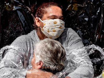 El primer abrazo de la pandemia, foto del año en el World Press Photo 2021