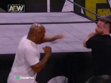 A Mike Tyson se le va la mano en un show de lucha libre y noquea a Cash Wheeler