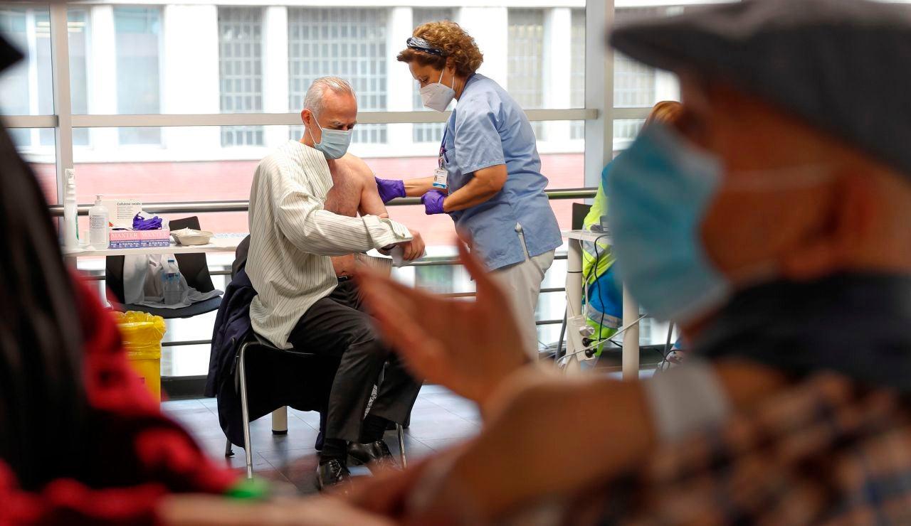 Un hombre se vacuna en el WiZink Center