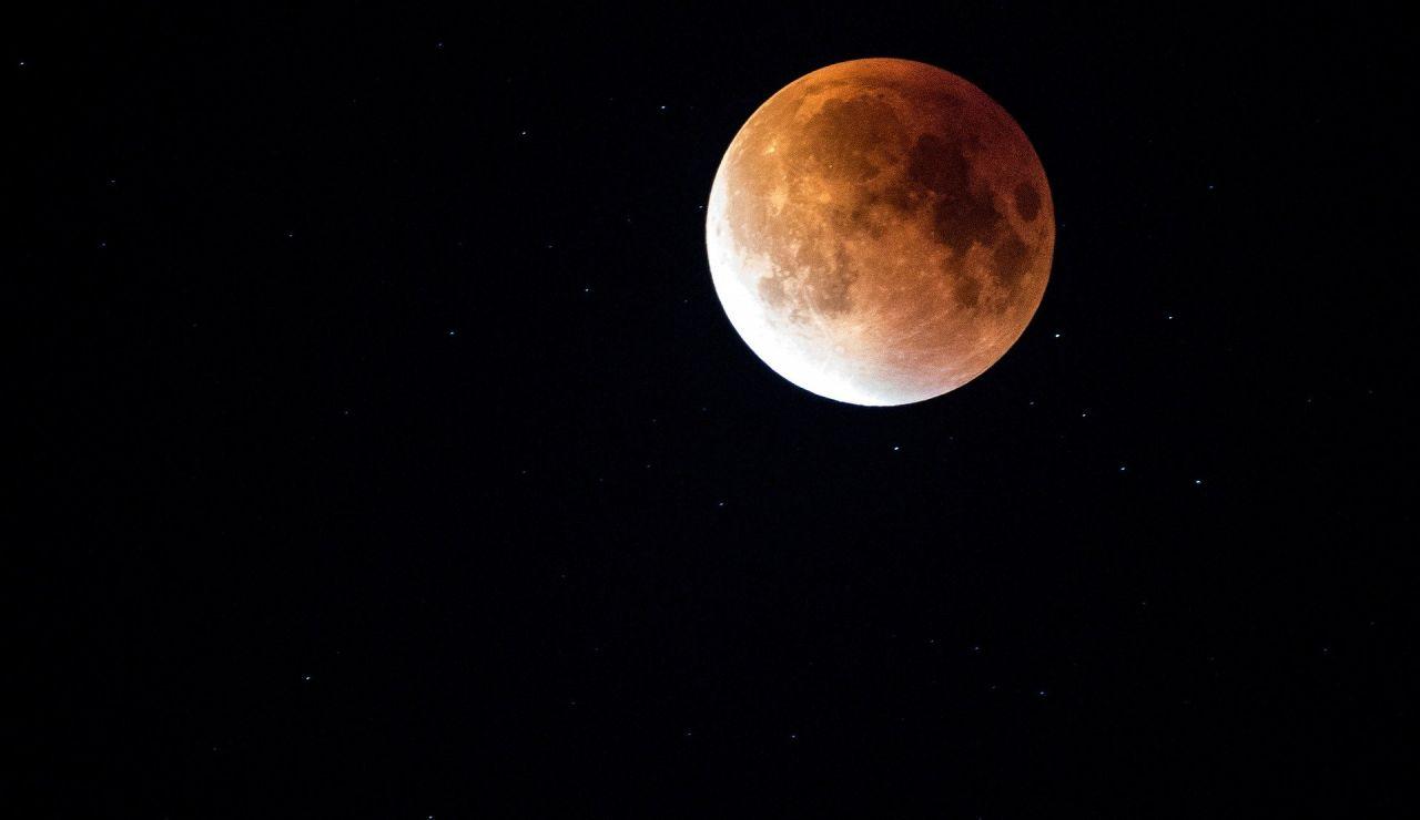 ¿Cómo ver la superluna rosa hoy?