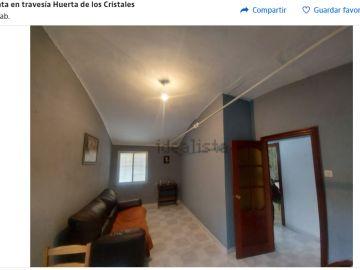 Venden una casa por Idealista con tensores de acero que atraviesan el domicilio
