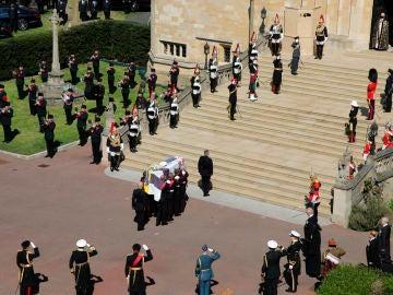 El cuidado cortejo fúnebre y los elementos que acompañan al féretro del duque de Edimburgo