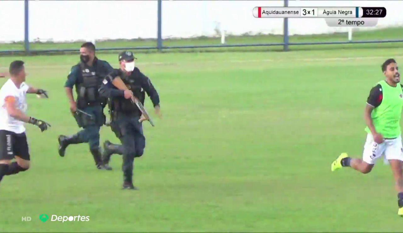 Un policía dispara a un jugador al intentar calmar una pelea que se produjo en un partido de fútbol en Brasil