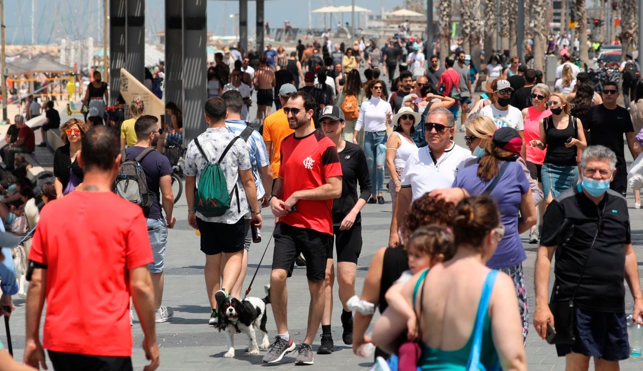 Personas en Tel Aviv, en Israel, sin mascarilla