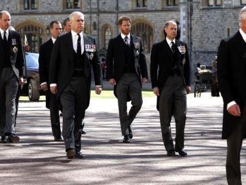El príncipe Harry y el príncipe Guillermo en el funeral de Felipe de Edimburgo