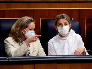 Nadia Calviño y Yolanda Díaz dialogan en el Congreso de los Diputados