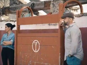 El vídeo de campaña de Vox con Rocío Monasterio toreando y Santiago Abascal en el burladero fumándose un puro