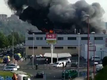 Un incendio en una empresa de Barakaldo lleva a las autoridades a pedir que los vecinos cierren las ventanas