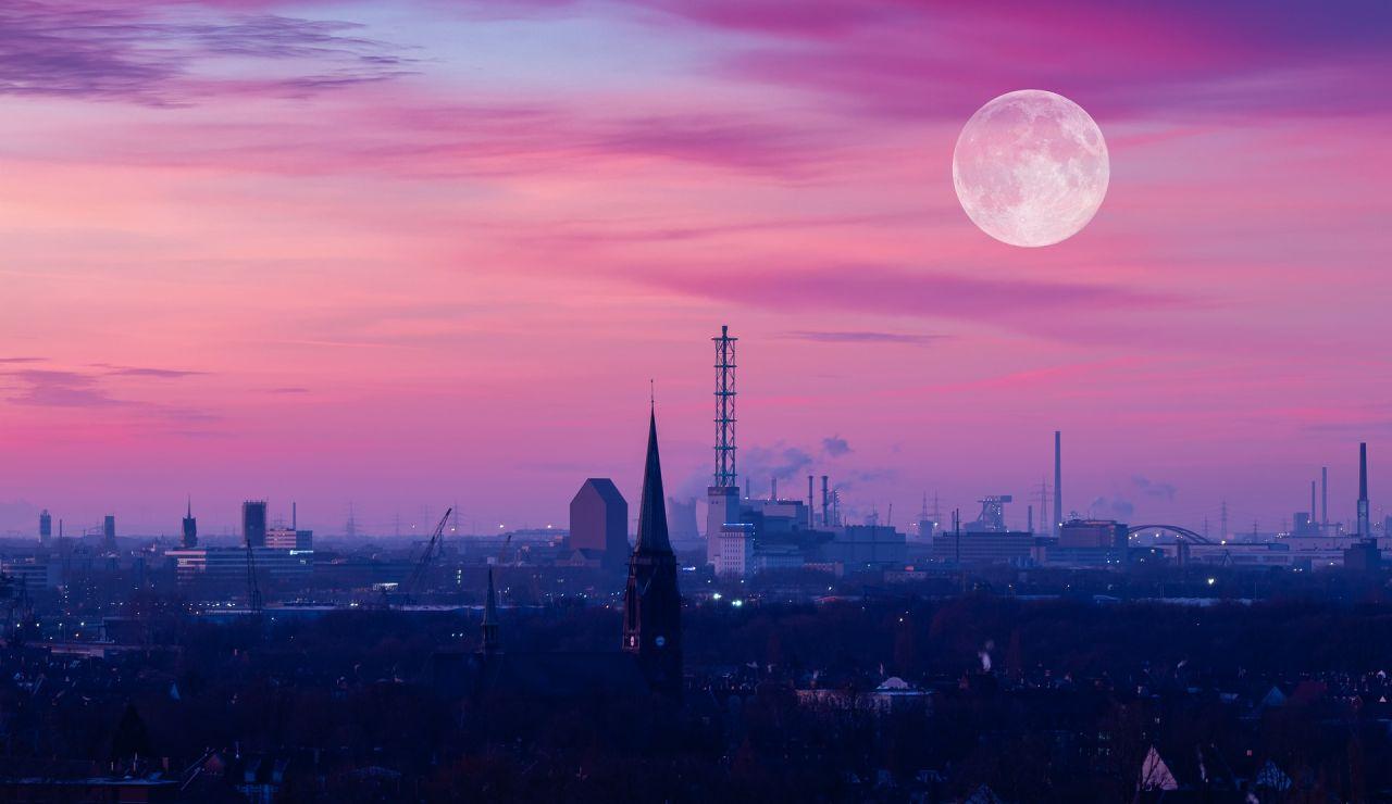Superluna rosa o luna de huevo