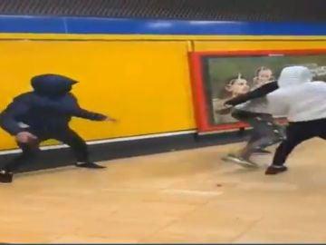 Jóvenes destrozan cartel Vox en el metro de Madrid